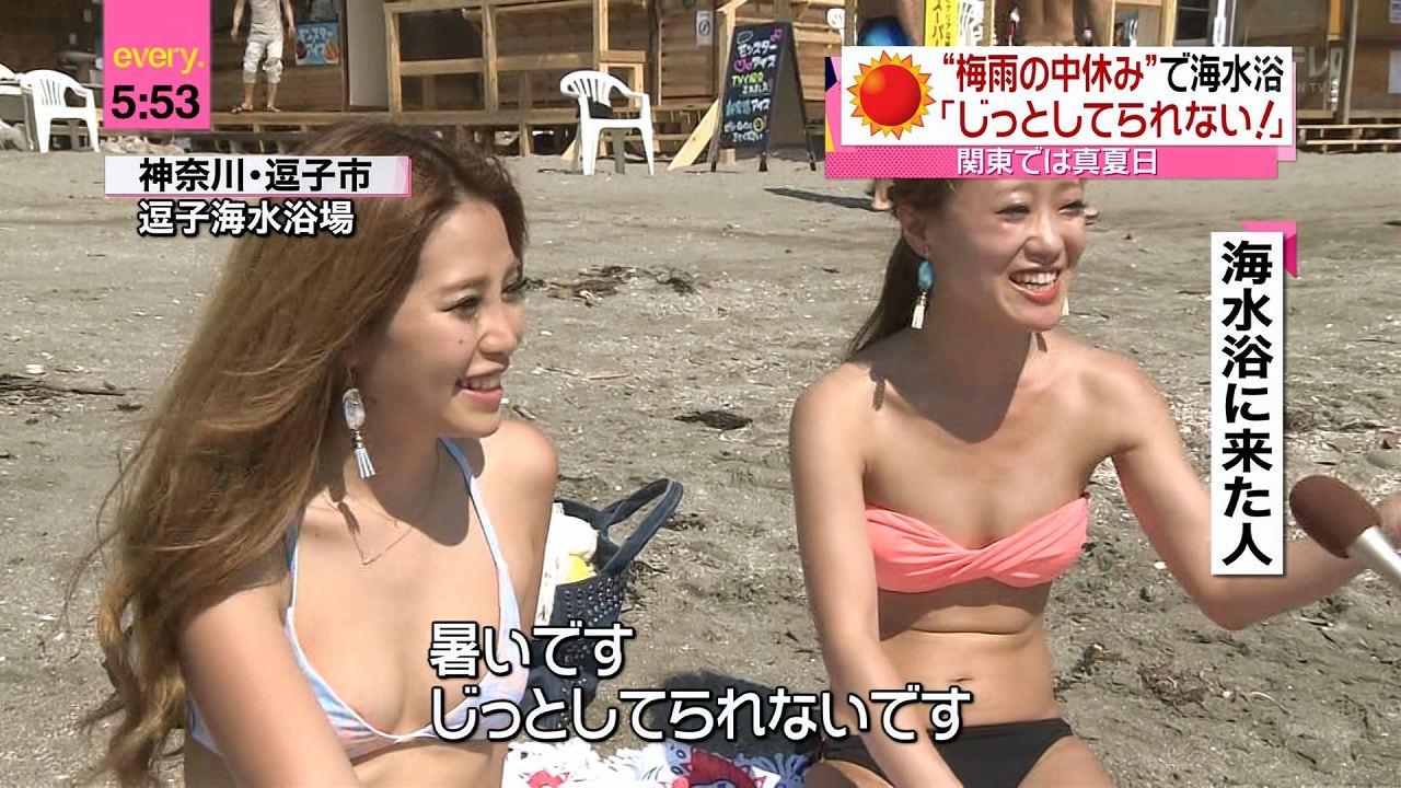 日テレ「news every.」、海水浴場で取材に答える水着の素人の乳輪ポロリ