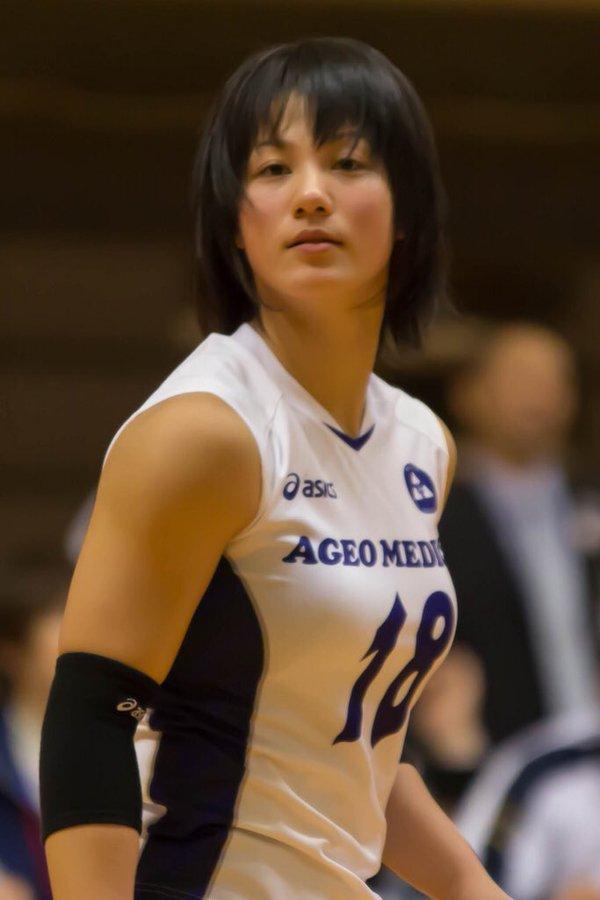 女子バレーユニフォームを着た吉村志穂の着衣巨乳