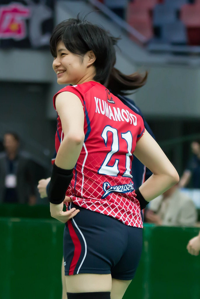 女子バレーユニフォームを着た熊本比奈