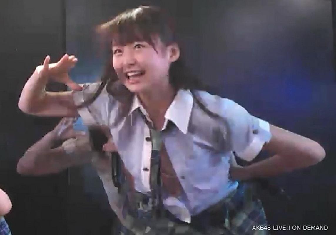「FNSうたの夏まつり」で歌ってる途中にブラウスのボタンが外れておっぱいポロリしているAKB48・達家真姫宝