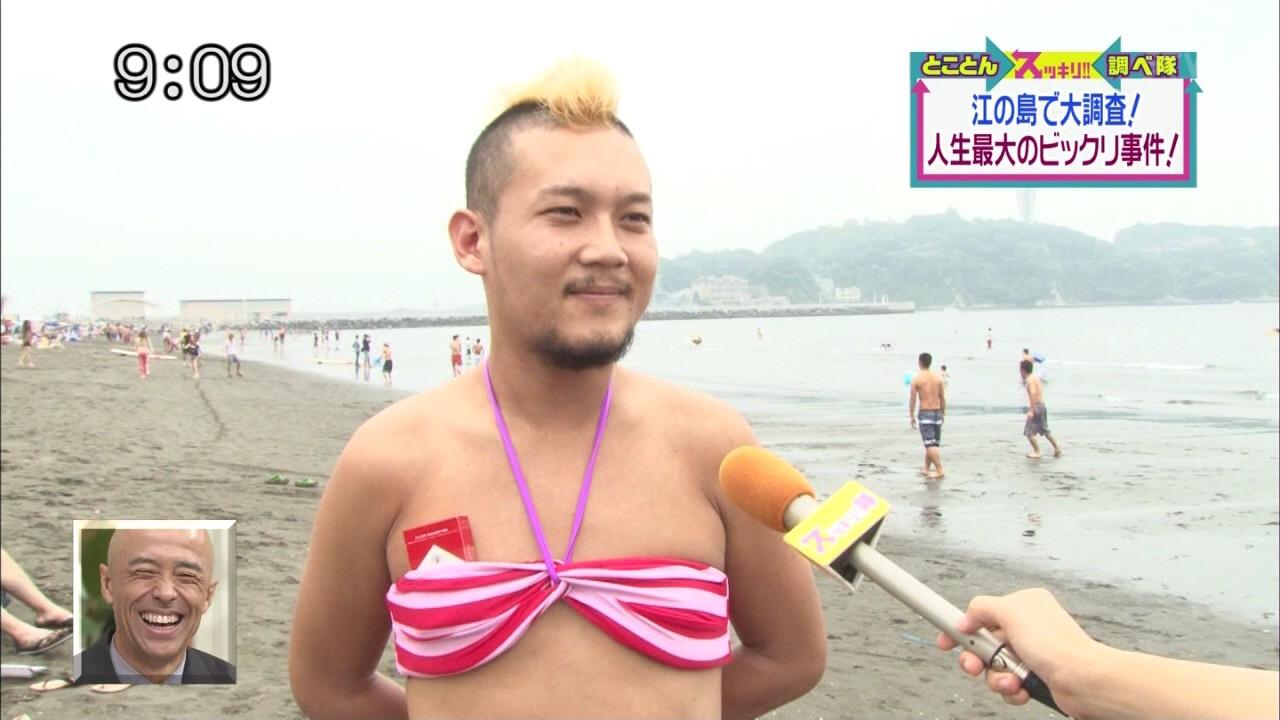 江の島のビーチでビキニを着た男