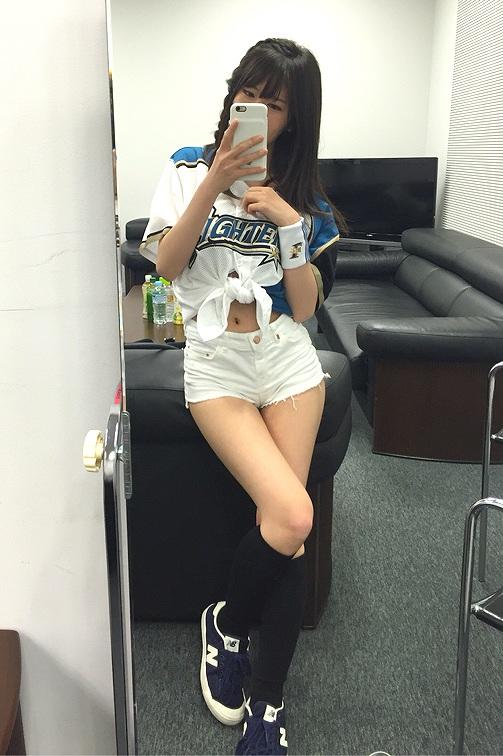 露出の多いショートパンツの始球式衣装を着た石田晴香