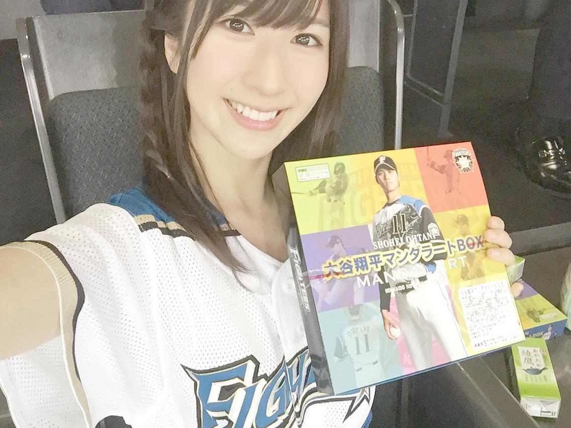 始球式のユニフォームを着た石田晴香