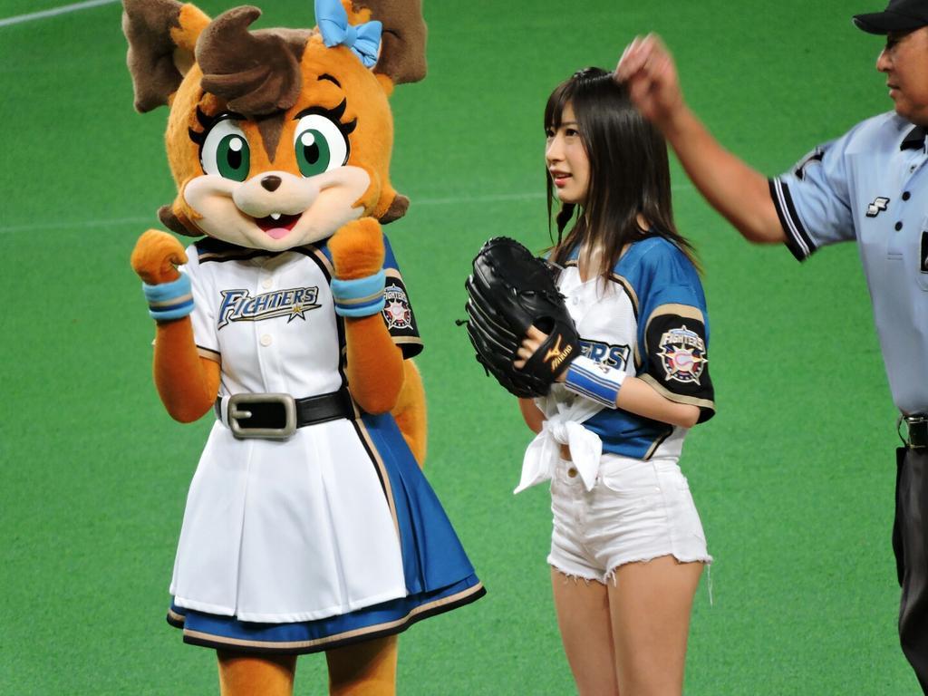 露出の多いショートパンツユニフォームで始球式をする石田晴香