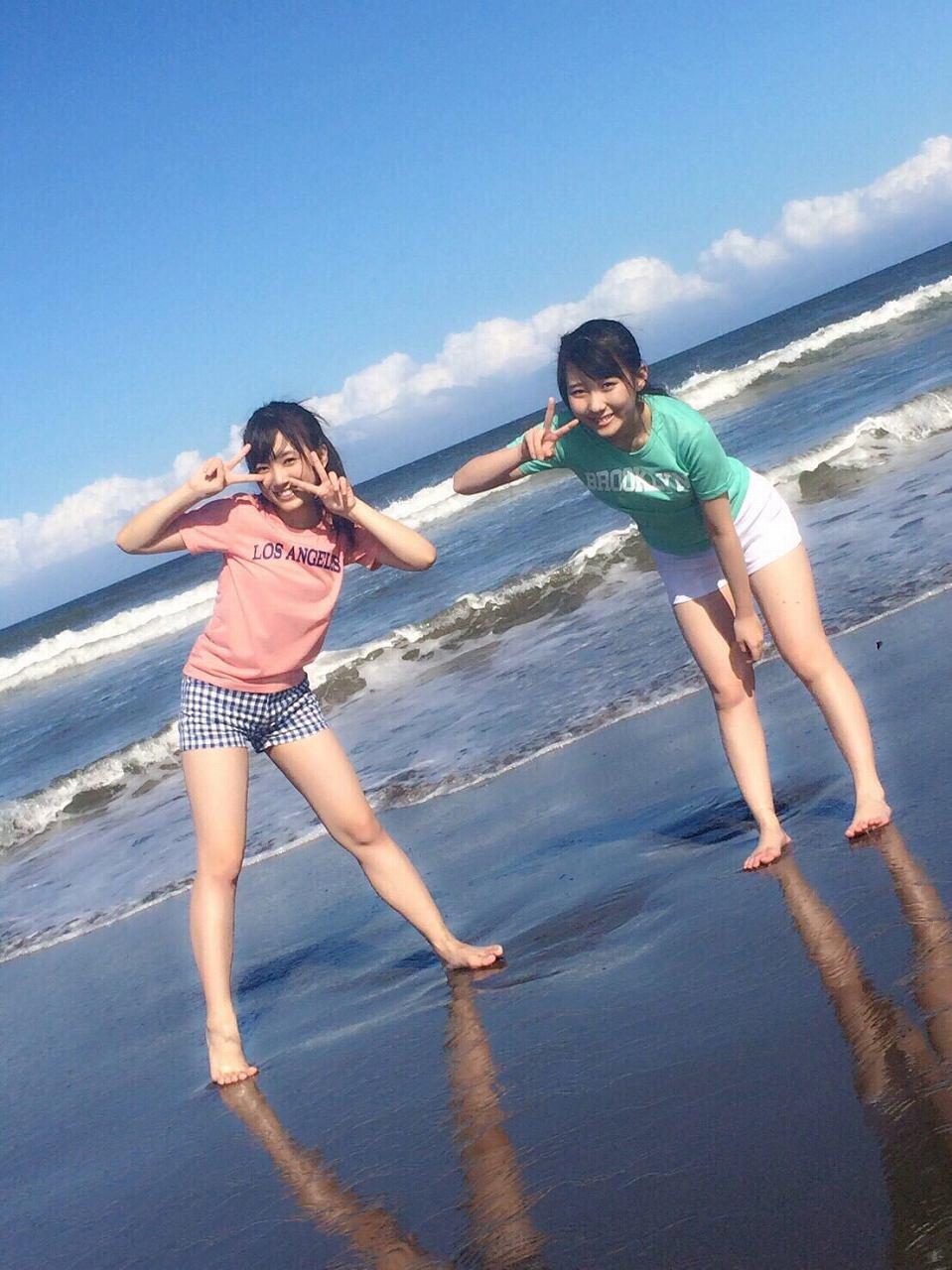 ビーチでショートパンツを履いたHKT48の矢吹奈子と田中美久