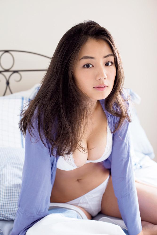 「ビッグコミックスピリッツ 2016年 8/8 号」片山萌美の下着グラビア