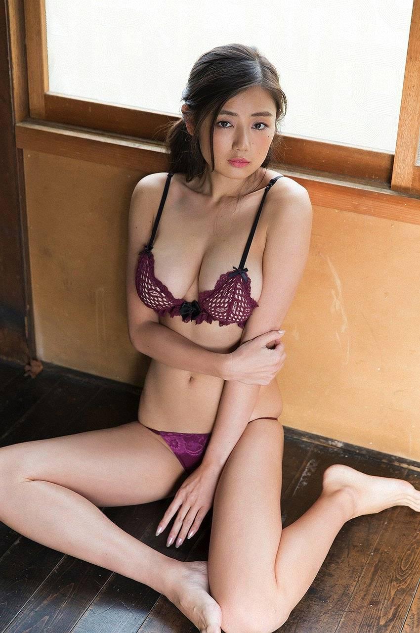 「週刊プレイボーイ」片山萌美の下着グラビア