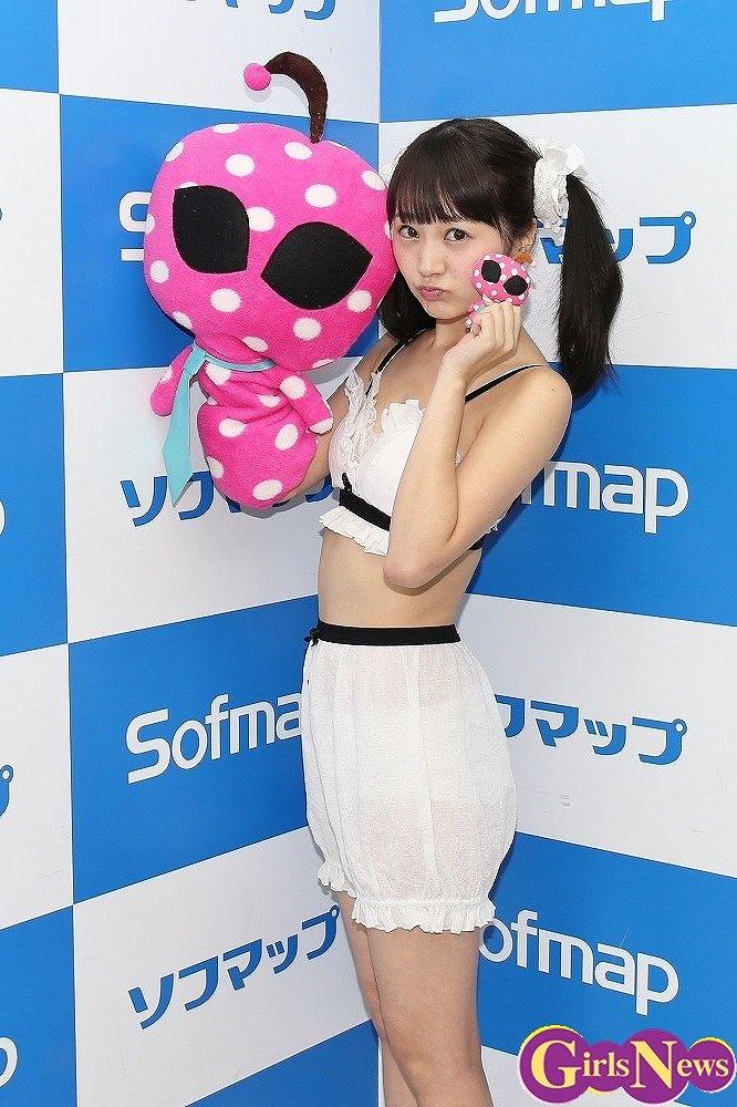 DVD「水玉タレントプロモーション 浜田翔子」の発売記念イベントでソフマップに登場した浜田翔子
