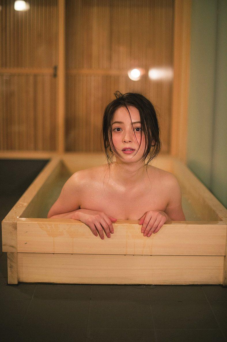 佐々木希の写真集「かくしごと」画像(入浴しておっぱい谷間が見えてる佐々木希)