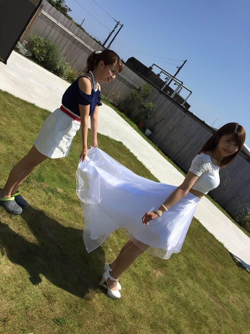 胸が強調される服を着た金澤朋子