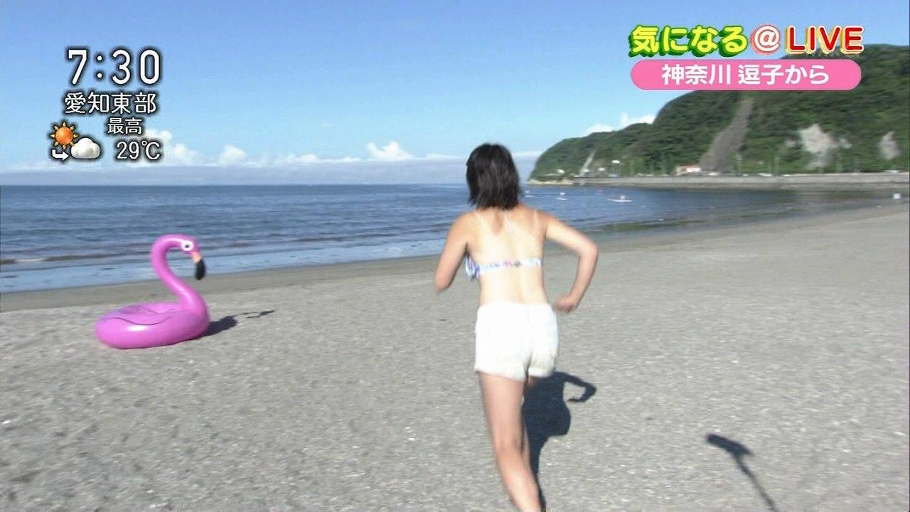 NHKの朝のニュース、ビキニの水着を着て日焼けあとおっぱいを見せてる女子アナ