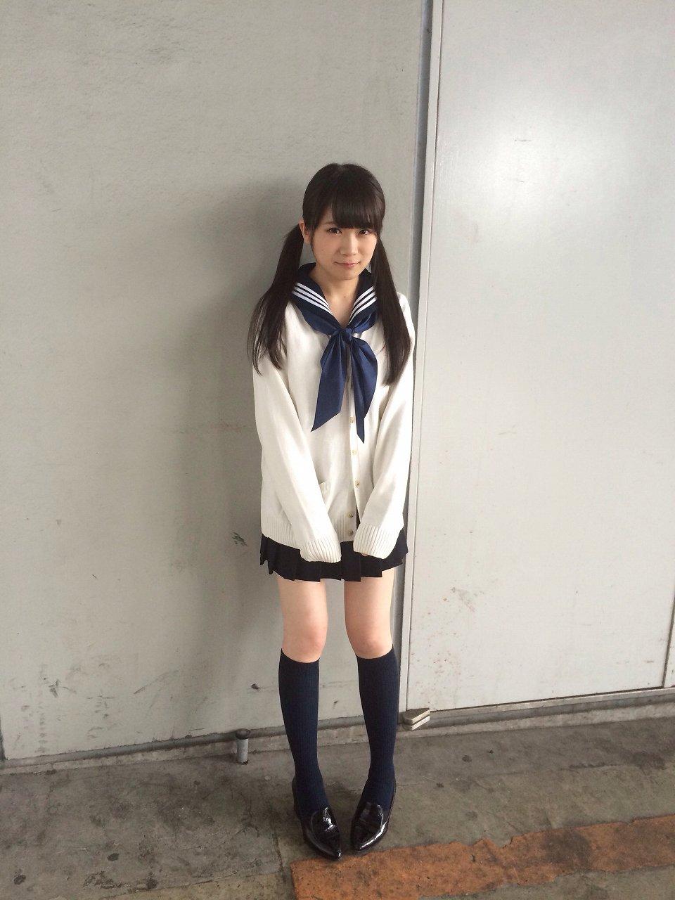 ミニスカート制服を着た秋元真夏