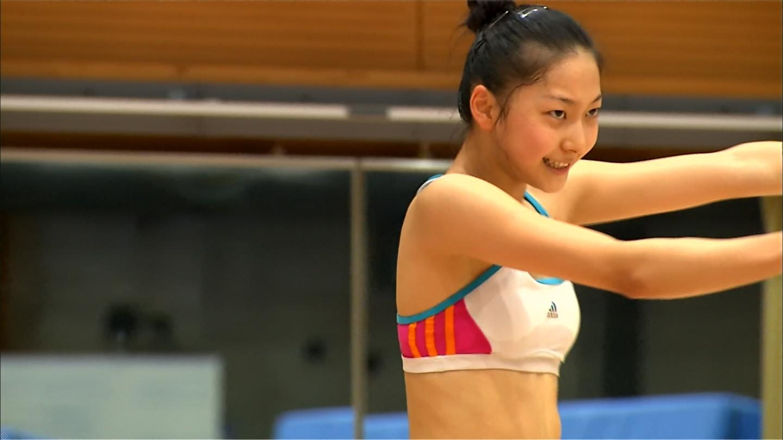 露出の多いスポーツウェアで新体操をする畠山愛理