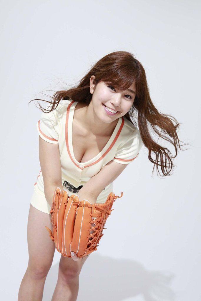 野球ユニフォームを着た稲村亜美のおっぱい谷間グラビア