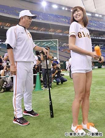 ジャイアンツのユニフォームを着た稲村亜美
