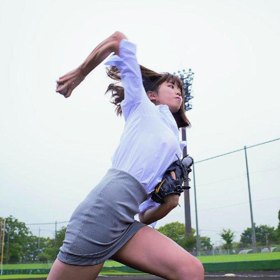 タイトスカートを履いてピッチングする稲村亜美