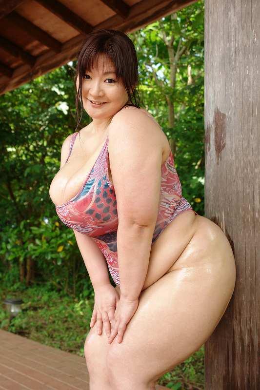 ワンピースの水着を着たマシュマロ女子、永峰朋美(安岡たまき)