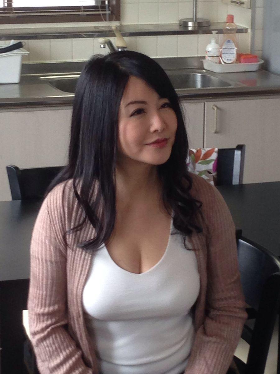 胸元ユルユル服を着た熟女AV女優・浅井舞香の着衣巨乳