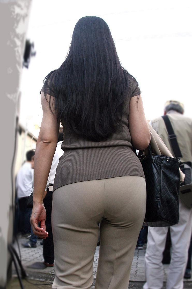 パツパツのパンツを履いてパン線丸見えの熟女