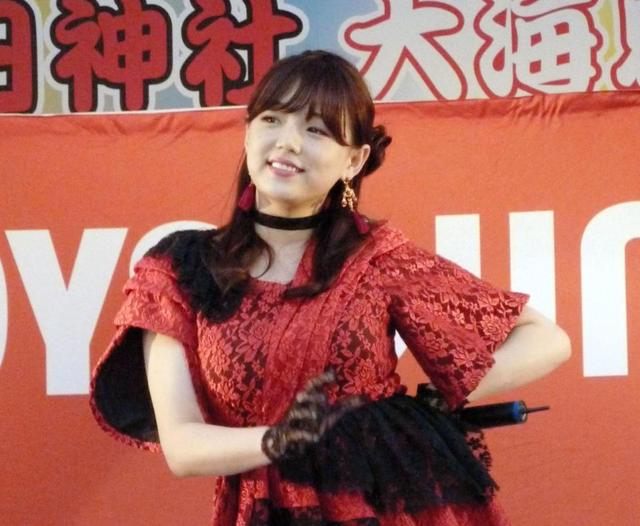 神戸・生田神社でデビュー曲を披露する篠崎愛