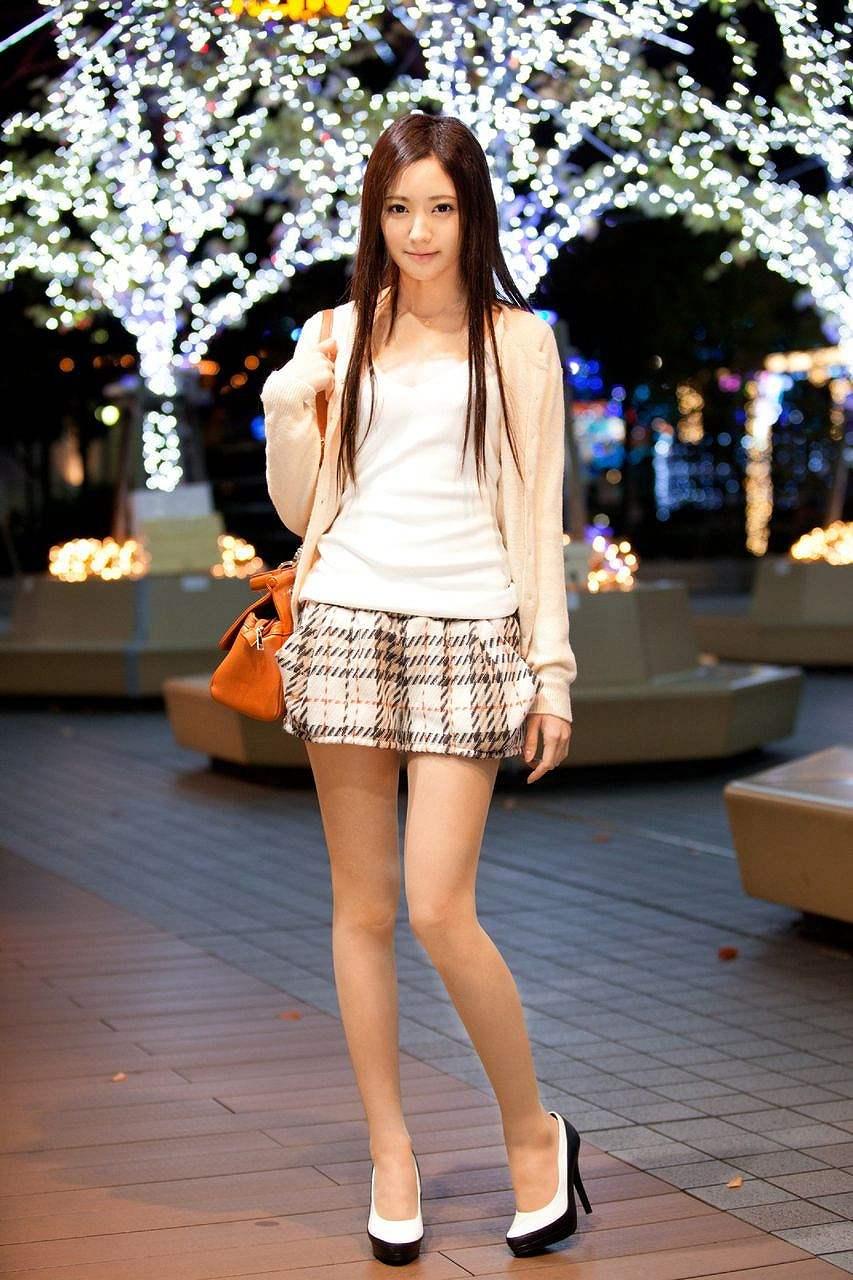 服を着たAV女優の桃谷エリカ