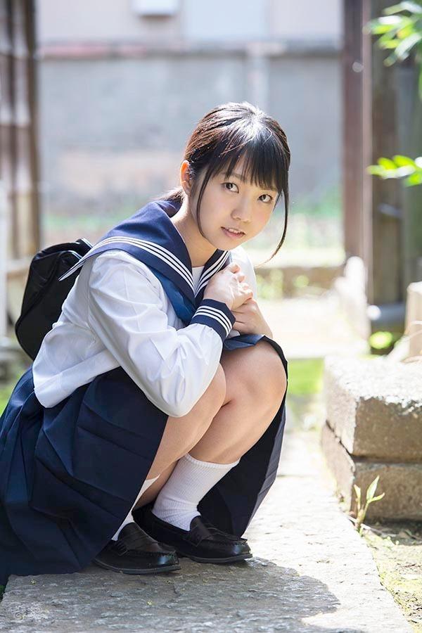 セーラー服を着た戸田真琴