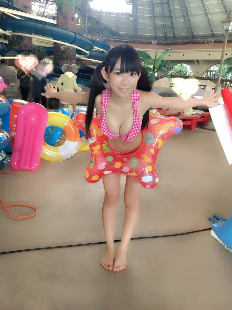 市民プールで浮き輪をしているビキニ姿の長澤茉里奈