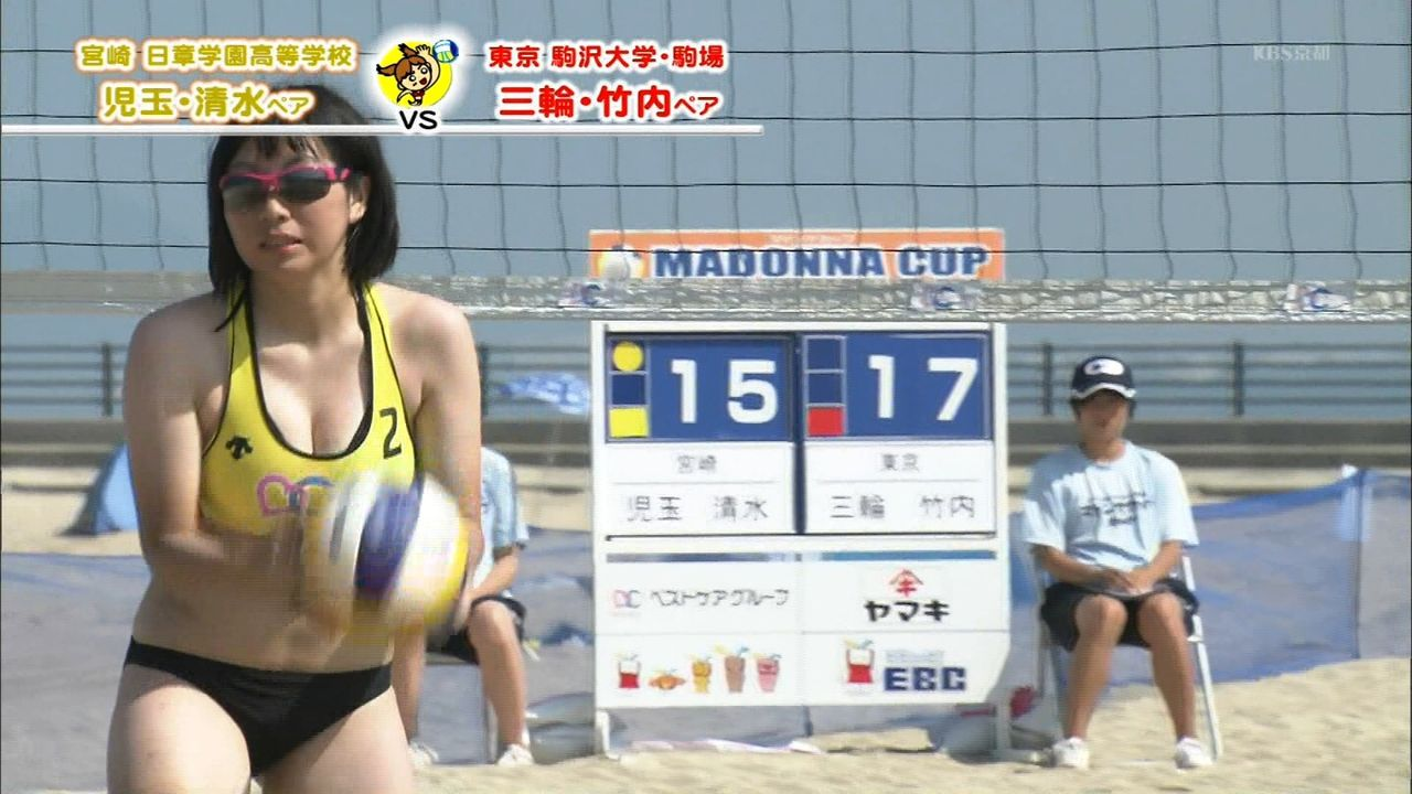 小さいビキニユニフォームを着た女子大生ビーチバレー選手