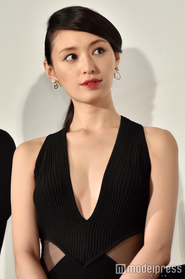 映画『秘密 THE TOP SECRET』初日舞台あいさつに胸元ざっくりドレスで登場した栗山千明