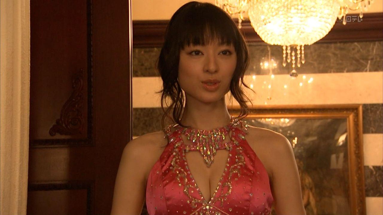 ドラマ「秘密諜報員エリカ」でキャバ嬢役を演じおっぱい谷間丸出しドレスを着た栗山千明