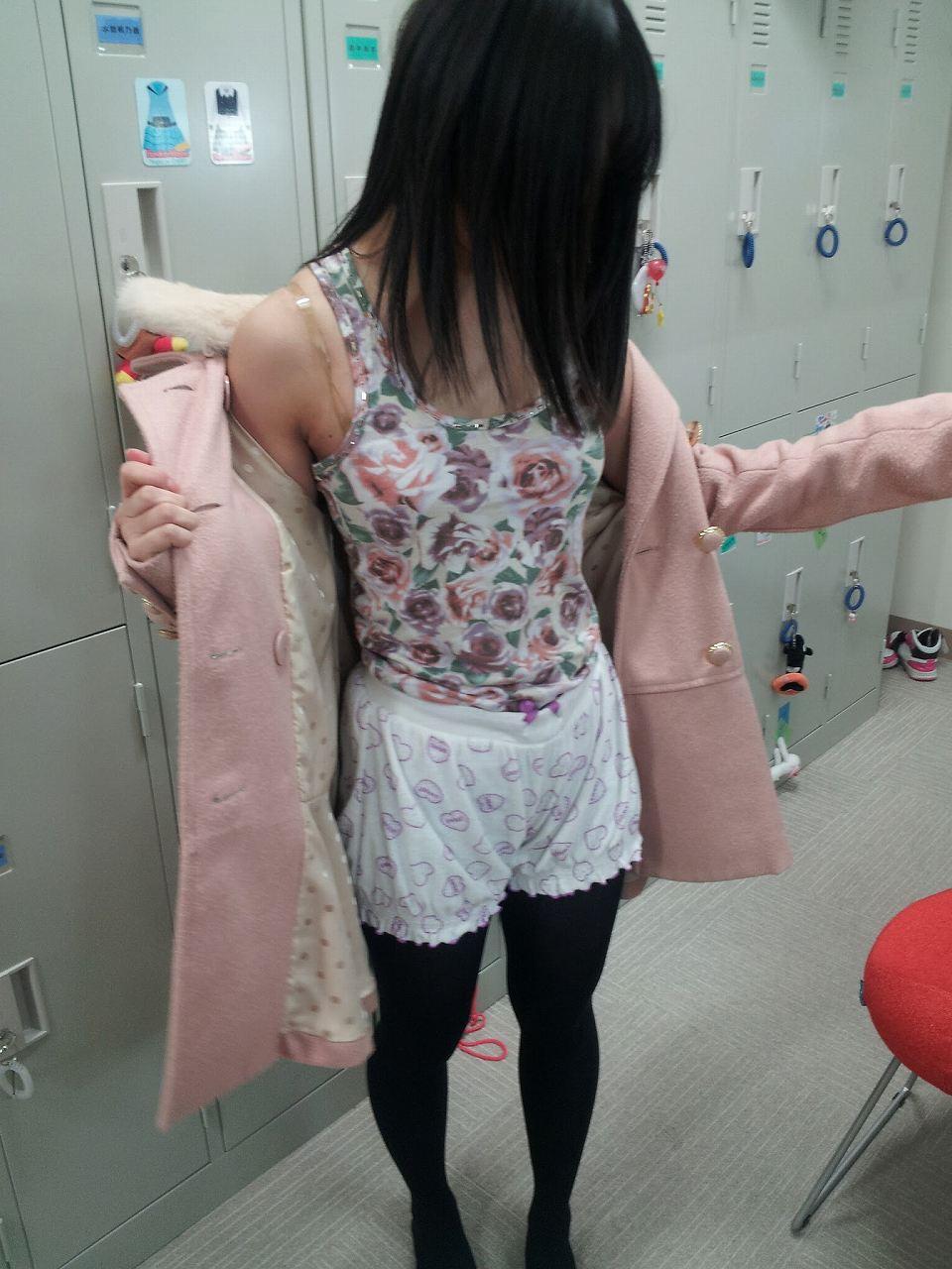 コートを脱いで下着同然の私服を見せてるJC(中学生時代)の二村春香