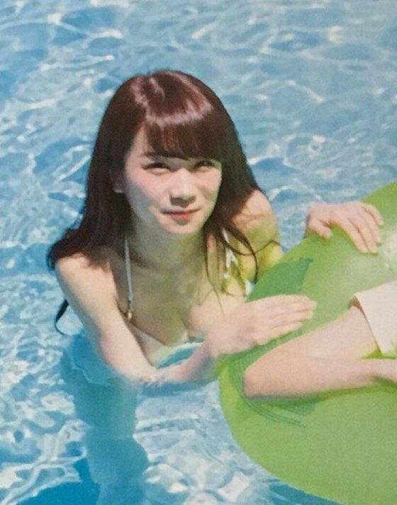 乃木坂46のセカンド写真集「1時間遅れのI love you.」画像(ビキニの水着を着た秋元真夏)