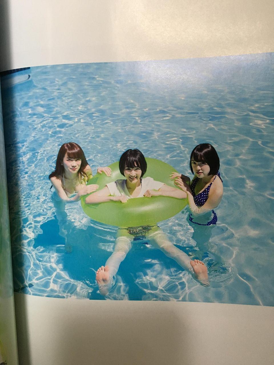 乃木坂46のセカンド写真集「1時間遅れのI love you.」画像(ビキニの水着を着た秋元真夏、生駒里奈)