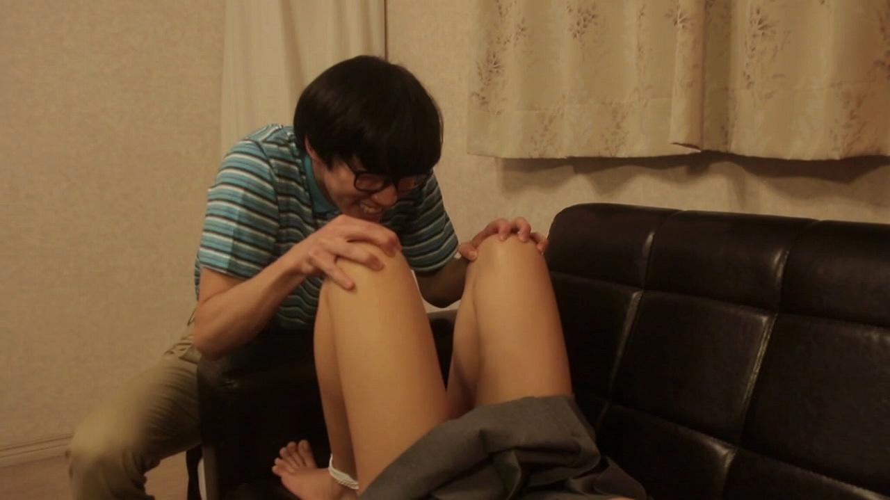 映画で男にパンティーを脱がされ股間を覗かれる森川彩香