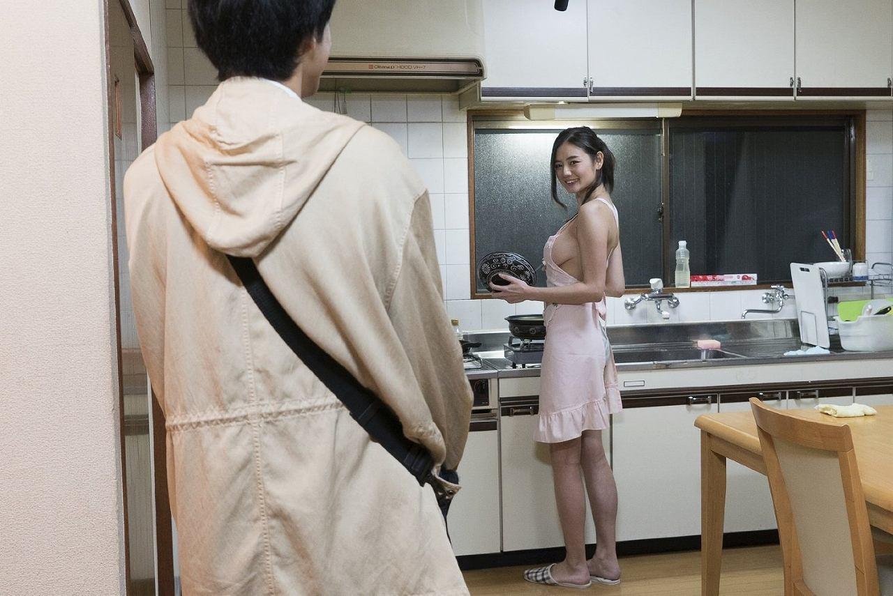 映画「教科書にないッ!」で裸エプロンになった森川彩香の横乳