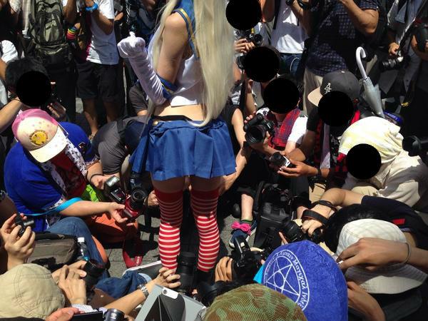 ミニスカのコスプレイヤーのスカートの中を撮るために群がるカメコ