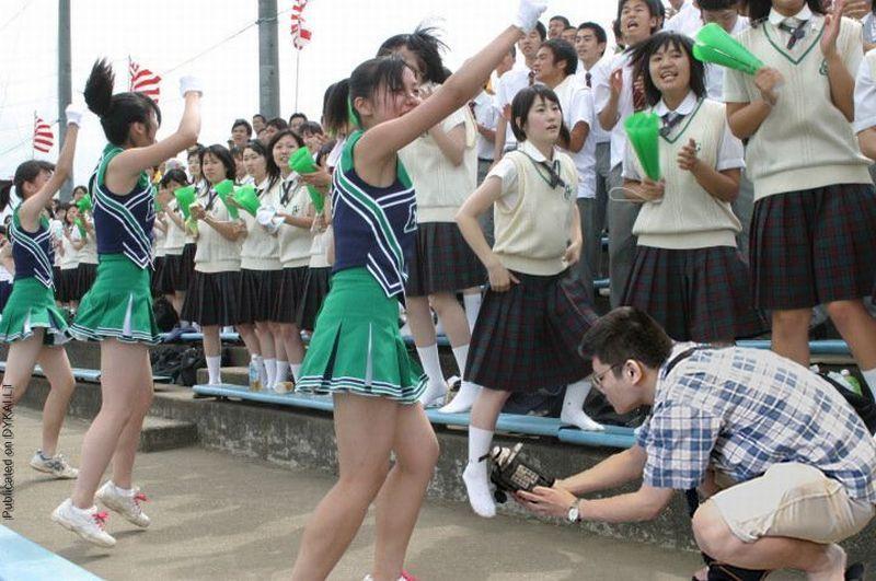 JKチアガールのスカートの中を撮りまくるカメラマン