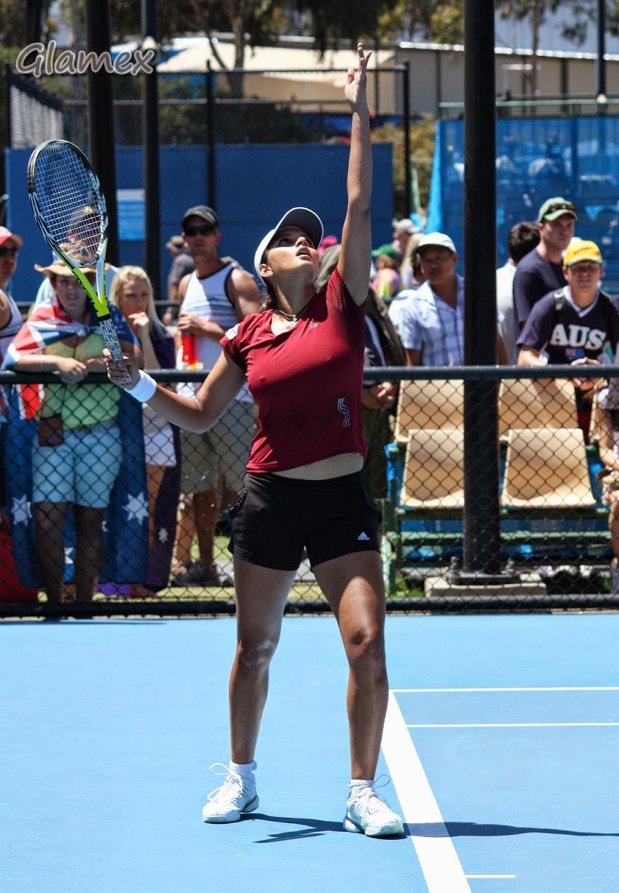 Tシャツでテニスをするサニア・ミルザの乳首ポチ