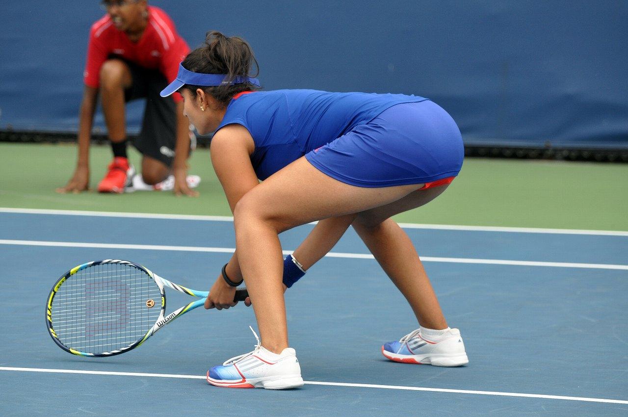 ミニスカテニスウェアを着て突き出したサニア・ミルザのお尻