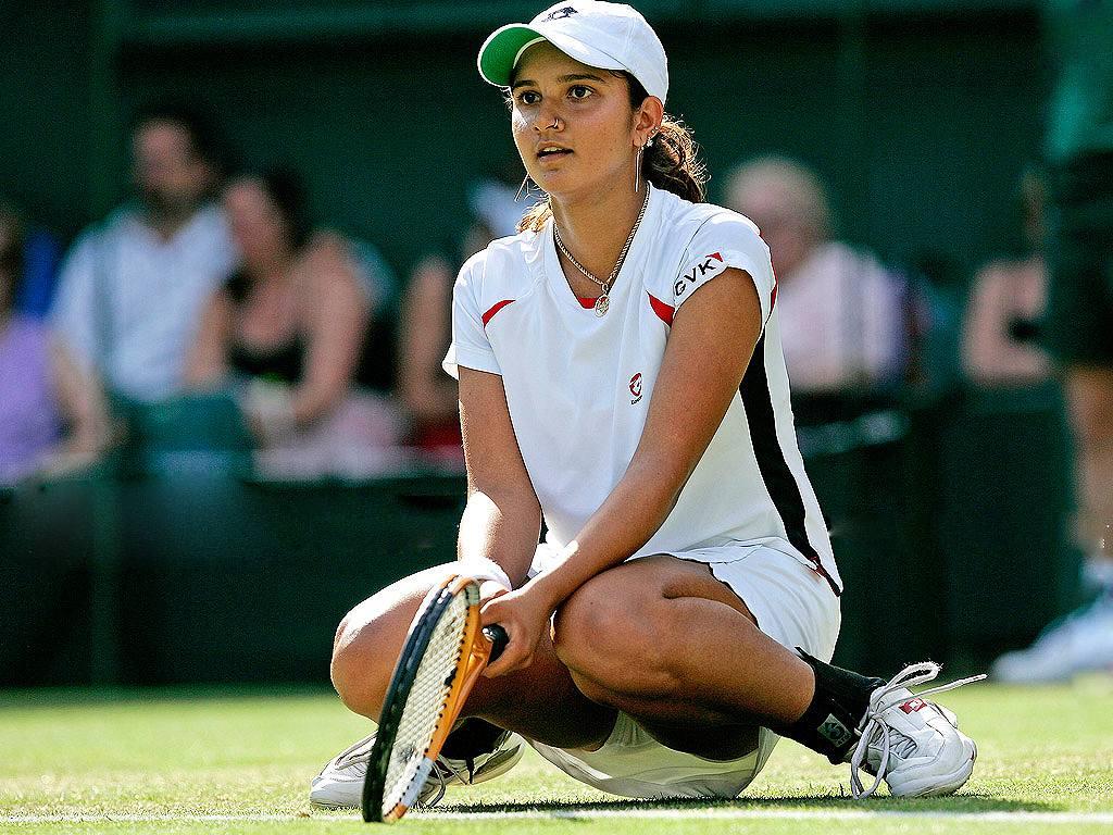 ミニスカテニスウェアでしゃがんだサニア・ミルザ