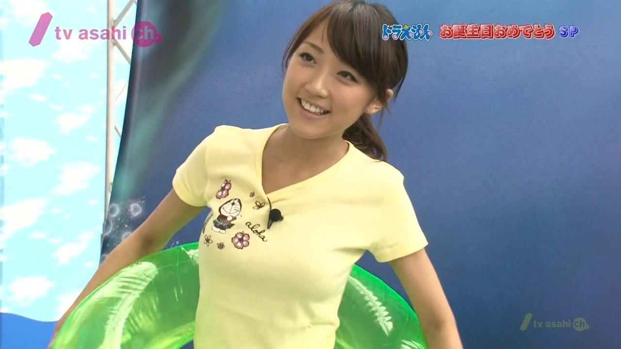 Tシャツを着た竹内由恵アナの着衣おっぱい