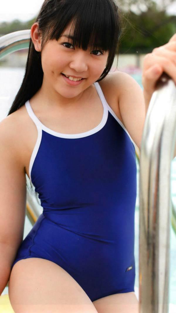 多田愛佳のスクール水着グラビア(渡り廊下走り隊の写真集「アッカンベー」画像)