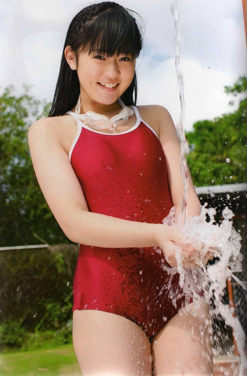 多田愛佳の競泳水着グラビア(渡り廊下走り隊の写真集「アッカンベー」画像)