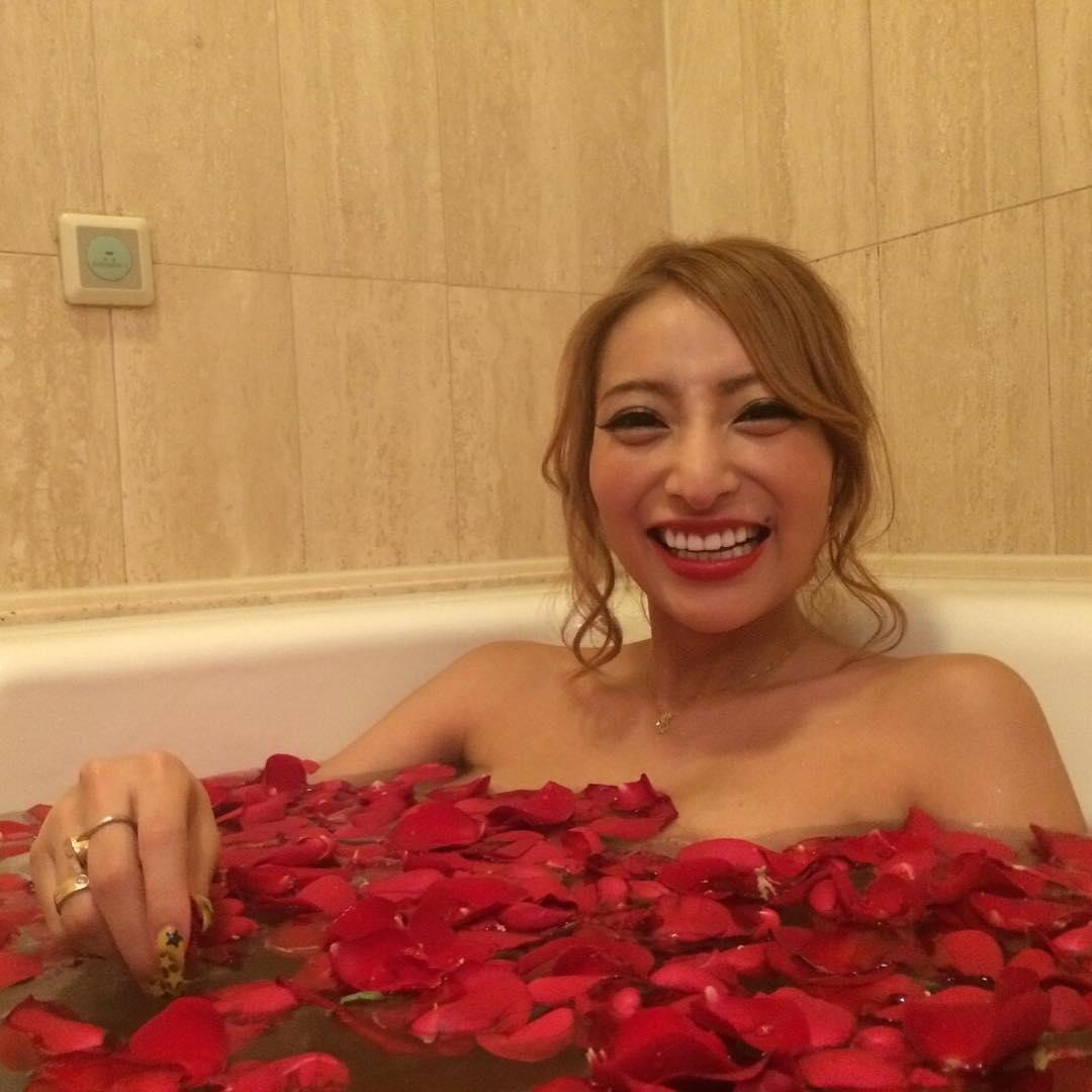 薔薇風呂に入って乳首ポロリしている加藤紗里