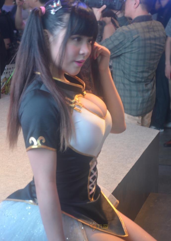 おっぱい谷間の見える服を着た爆乳中国人、嫩模小?