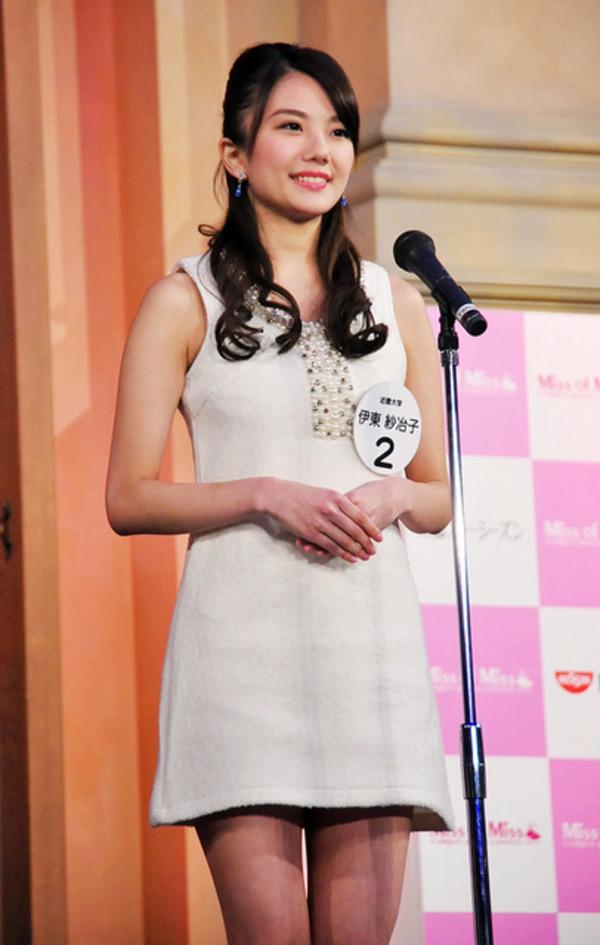 ミス近大(ミス近畿大学)のコンテストでノースリーブワンピースを着た伊東紗冶子