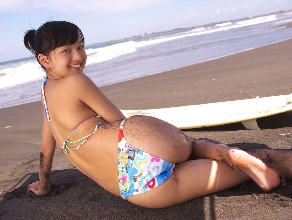 ジュニアアイドルの水着お尻グラビア