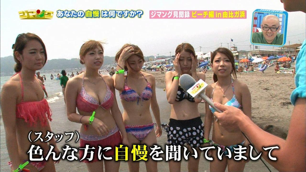 ビーチでテレビのインタビューに答える素人の巨乳お姉さん