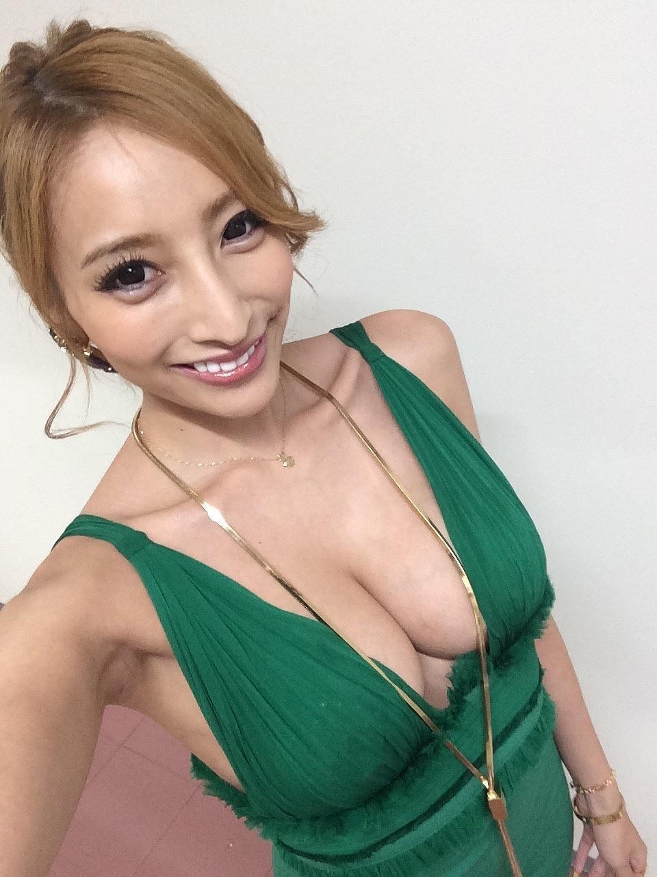 おっぱい谷間が丸見えになるエロドレスを着た加藤紗里