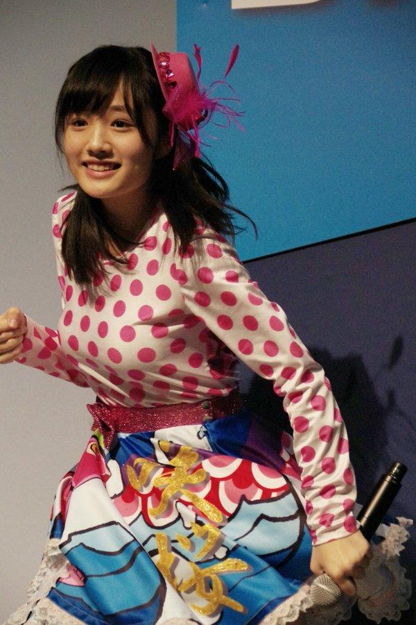 ステージ衣装を着た安藤咲桜の着衣巨乳